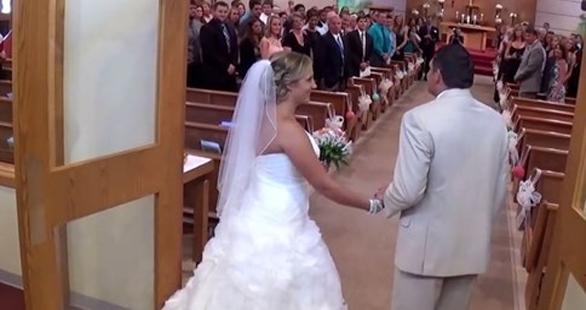 Padre le hace un increíble  regalo a su hija en su boda. Es un momento lleno de emoción.