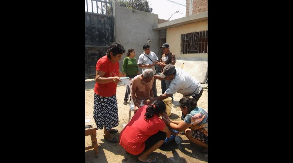 Vecinos y trabajadores decidieron ayudarlo y lo asearon, cortaron el pelo y afeitaron.