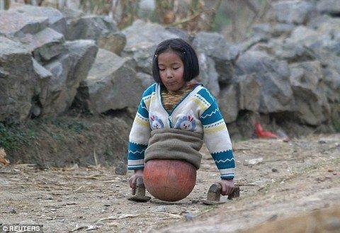 niña que camina con un balón 2