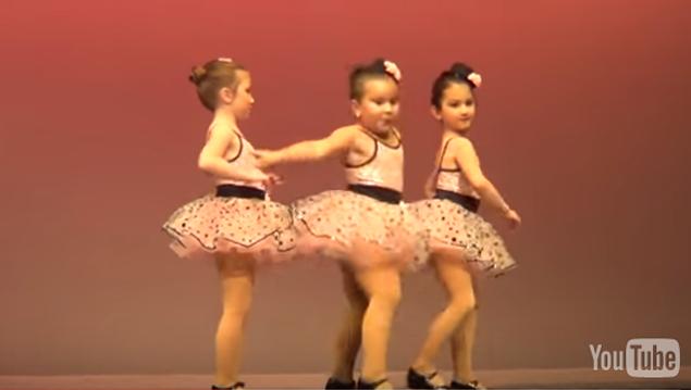 Niña bailarina impresiona a todos con su increíble interpretación de espectáculo de fin de año