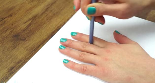 Estra mujer dibuja su mano en una hoja de papel y el resultado es alucinante
