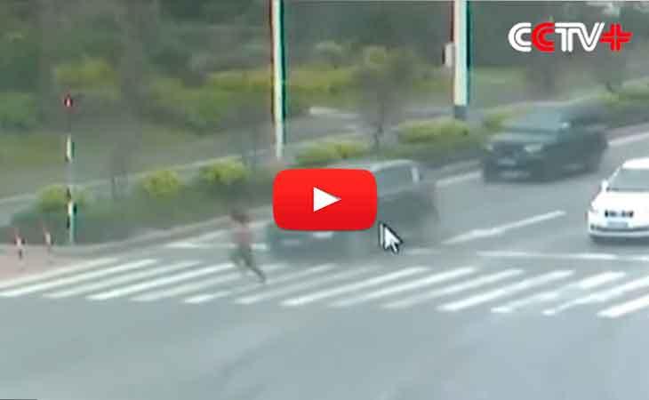 Una joven intentó cruzar la pista mientras los carros estaban avanzado y fue atropellada dos veces. El semáforo estaba en rojo, pero la mujer quiso ganar tiempo y atravesó la carretera en plena luz roja. ¿El resultado? Fue impactada por dos coches, el primero la lanzó por los aires y el segundo la arrastró 17 metros, según se observa en el video captado por las cámaras de vigilancia.